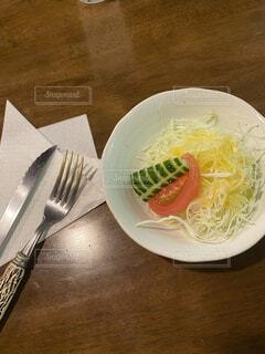 フォークとナイフの入った皿の写真・画像素材[4079542]