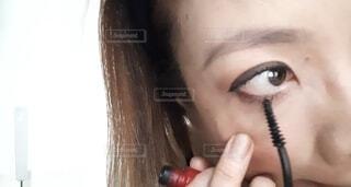 マスカラを塗る女の写真・画像素材[4626847]