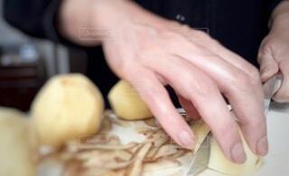 野菜を切る手の写真・画像素材[4899620]