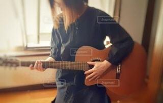 ギターを弾くの写真・画像素材[4930884]