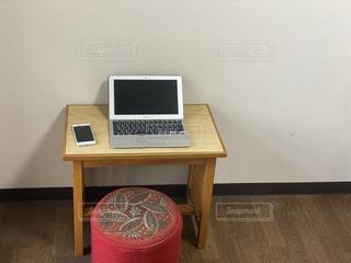 部屋に置いたリモートワーク作業用の机とイスの写真・画像素材[3525675]