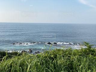 岩場の海岸と打ち寄せる波の写真・画像素材[3537633]