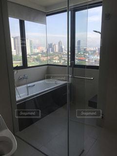 バスルームの窓の眺めの写真・画像素材[3443167]