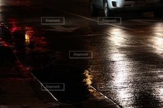 雨上がり ライトの反射の写真・画像素材[3462852]