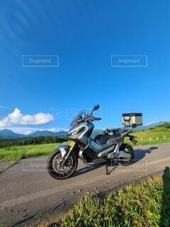 道路の脇に停車するオートバイの写真・画像素材[4950338]