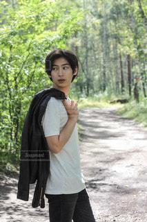 森の隣に立っている少女の写真・画像素材[3440855]