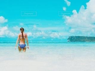 浜辺に立っている人の写真・画像素材[3458655]