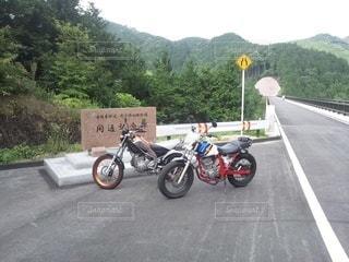 道路の脇に止まっているオートバイの写真・画像素材[3443606]