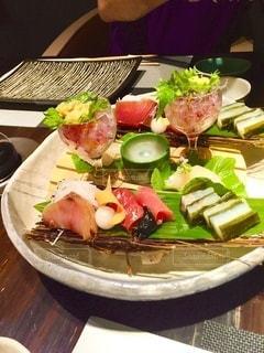 函館のお宿での夕食、盛り付けも素敵な前菜のお刺身の写真・画像素材[3554943]
