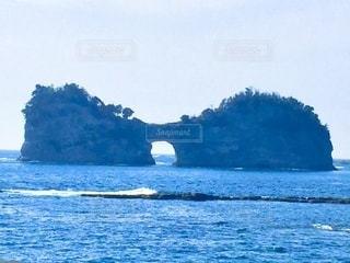 和歌山県白浜の海に浮かぶ小島、円月島の写真・画像素材[3557807]