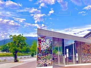 東山を背景にした京都京セラ美術館のアートな出口の写真・画像素材[3558143]