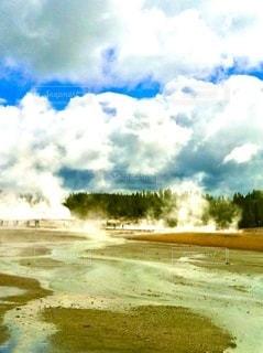 イエローストーン、青天の広大な大地にモクモクと昇る湯煙の写真・画像素材[3571016]