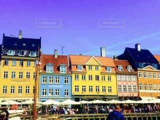 真っ青な空とデンマーク、ニューハウンのカラフルな街並みの写真・画像素材[3616870]