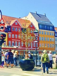 夏の晴天下、色鮮やかで可愛い街並みの北欧の街ニューハウンの写真・画像素材[3616922]