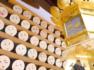 京都、河合神社の沢山の鏡絵馬とキラキラした金色の釣り灯篭の写真・画像素材[3759788]