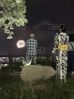 草の中に立っている人のカップルの写真・画像素材[3460186]