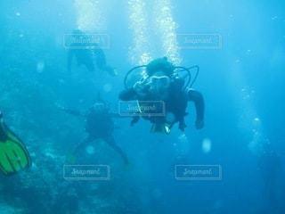 水の中を泳いでいる人の写真・画像素材[3445477]