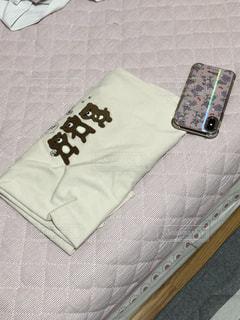 ベッドの上に放置してある携帯の写真・画像素材[3448833]
