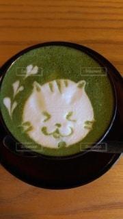 木製のテーブルの上に座っているコーヒーを一杯の写真・画像素材[3447276]