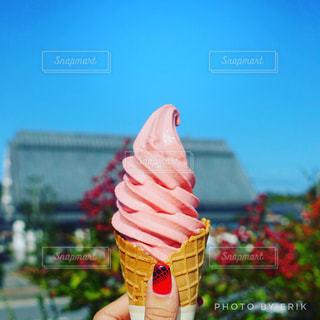 アイス クリーム コーンを持っている手の写真・画像素材[842794]