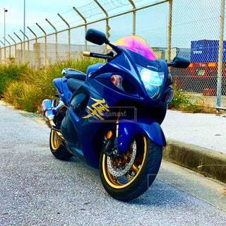 道路の脇に止まっているオートバイの写真・画像素材[3448308]