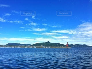 屋島と八栗と赤い灯台の写真・画像素材[3475458]