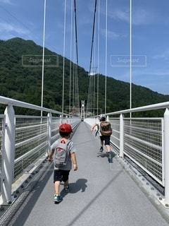 吊り橋を駆け抜けるの写真・画像素材[3541210]