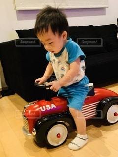 乗り物で遊ぶ子どもの写真・画像素材[3567361]