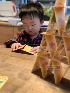 カードで遊ぶ子どもの写真・画像素材[3747040]