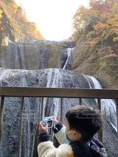 紅葉を撮影する子どもの写真・画像素材[3887545]