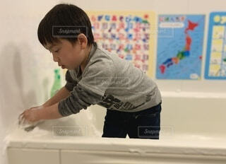 一生懸命お風呂掃除の写真・画像素材[4157712]