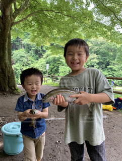 魚釣りを楽しむ兄弟の写真・画像素材[4596217]