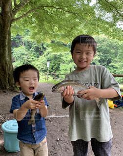 魚と記念写真の写真・画像素材[4596219]