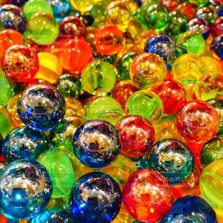 色鮮やかなビー玉の写真・画像素材[1666559]