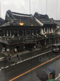 屋内から蔵造りの町並みを見るの写真・画像素材[3473981]