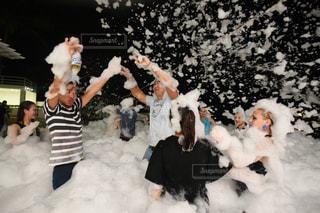 雪の山の上に横たわる人の写真・画像素材[946906]