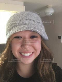 帽子をかぶってカメラに向かって微笑む女性の写真・画像素材[3459201]