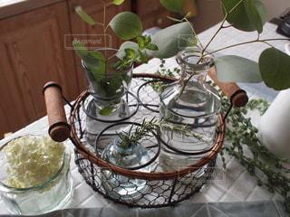 テーブルの上に花の花瓶の写真・画像素材[3501103]