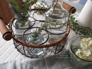 テーブルの上に花の花瓶の写真・画像素材[3501104]