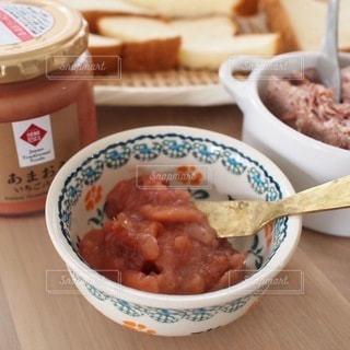テーブルの上に座っている食べ物のボウルの写真・画像素材[3501126]