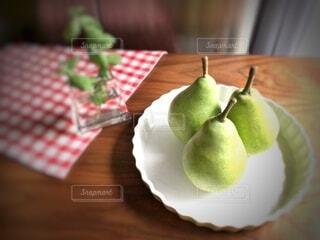 木製のテーブルの上の果物の写真・画像素材[3671087]