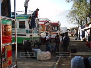 トラックの後ろに乗っている人々のグループの写真・画像素材[3473950]