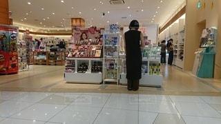店の前に立っている人の写真・画像素材[3471351]