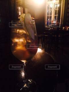 暗いバーでカクテルを一杯飲むの写真・画像素材[3540322]