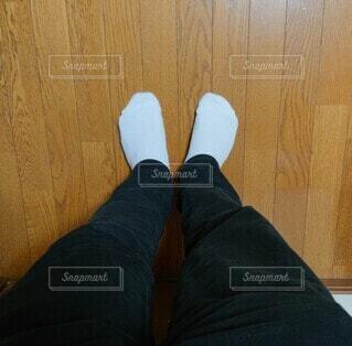 黒ジーンズと白靴下の写真・画像素材[4180504]