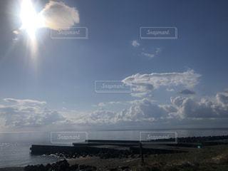 水の体の上の空の雲のグループの写真・画像素材[3473451]