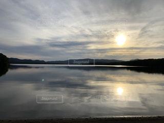 水の体に沈む夕日の写真・画像素材[3473452]