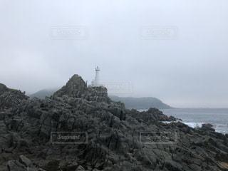 水の体の隣にある岩場の写真・画像素材[3513632]