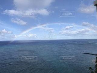 海面に大きな虹の写真・画像素材[3478893]