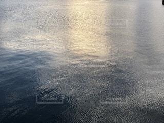 深い青と光の写真・画像素材[3660595]